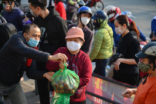 Chuyện người Hà Nội giải cứu hàng chục tấn nông sản: Hàng bán được, bà con Hải Dương mừng lắm-9