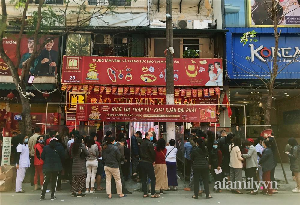 Ảnh: Bất chấp rủi ro dịch bệnh, người dân Hà Nội chen chúc nhau đi mua vàng Thần Tài đông kinh hoàng đến tắc cả đường-1