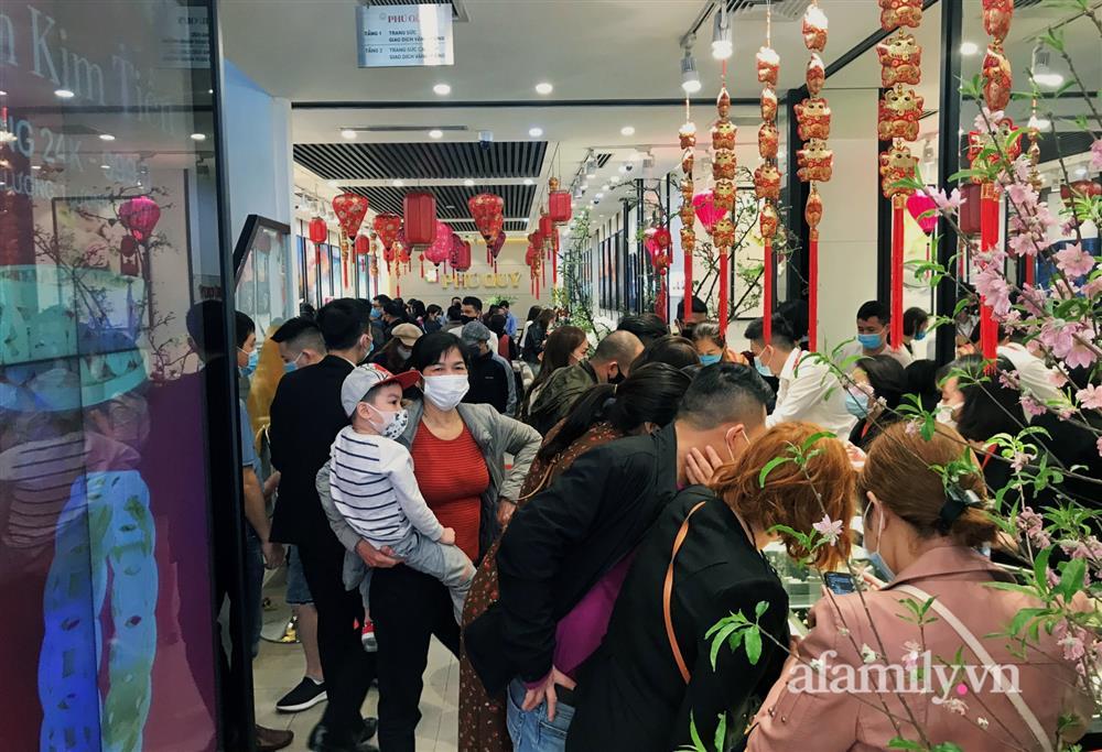Ảnh: Bất chấp rủi ro dịch bệnh, người dân Hà Nội chen chúc nhau đi mua vàng Thần Tài đông kinh hoàng đến tắc cả đường-2