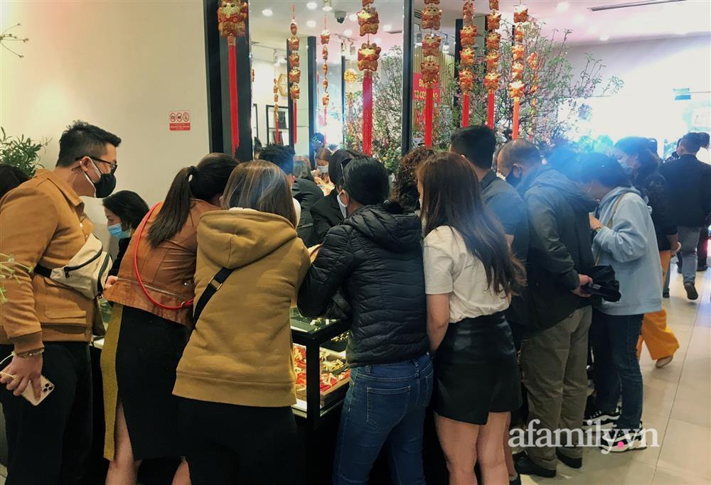 Ảnh: Bất chấp rủi ro dịch bệnh, người dân Hà Nội chen chúc nhau đi mua vàng Thần Tài đông kinh hoàng đến tắc cả đường-3