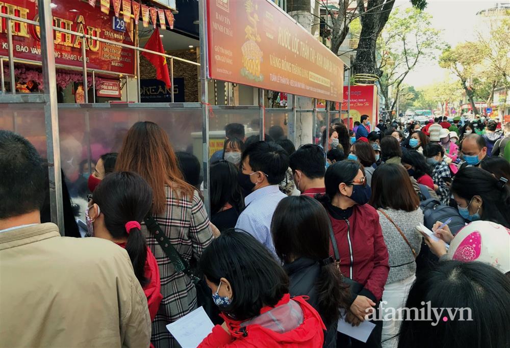 Ảnh: Bất chấp rủi ro dịch bệnh, người dân Hà Nội chen chúc nhau đi mua vàng Thần Tài đông kinh hoàng đến tắc cả đường-4