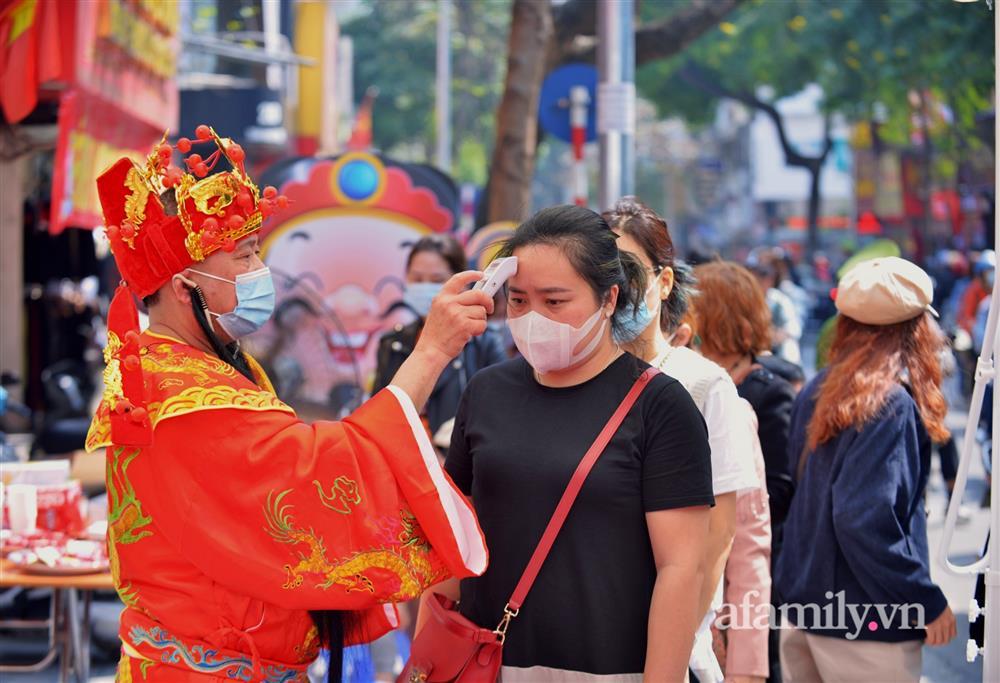 Ảnh: Bất chấp rủi ro dịch bệnh, người dân Hà Nội chen chúc nhau đi mua vàng Thần Tài đông kinh hoàng đến tắc cả đường-5
