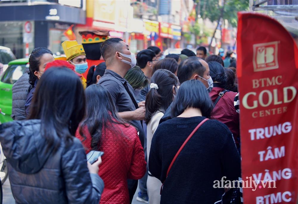 Ảnh: Bất chấp rủi ro dịch bệnh, người dân Hà Nội chen chúc nhau đi mua vàng Thần Tài đông kinh hoàng đến tắc cả đường-6