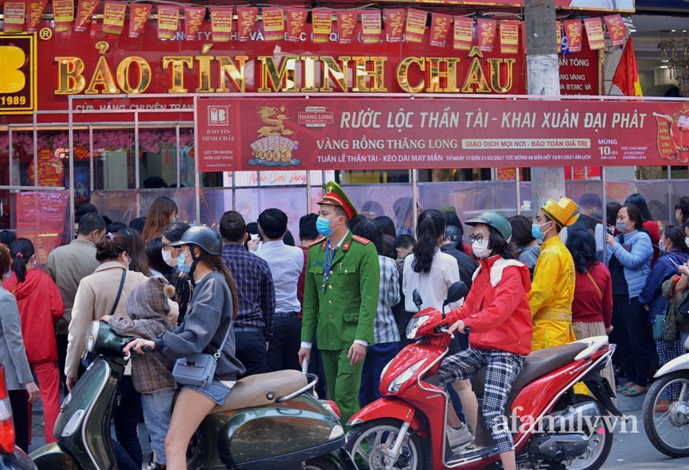 Ảnh: Bất chấp rủi ro dịch bệnh, người dân Hà Nội chen chúc nhau đi mua vàng Thần Tài đông kinh hoàng đến tắc cả đường-7