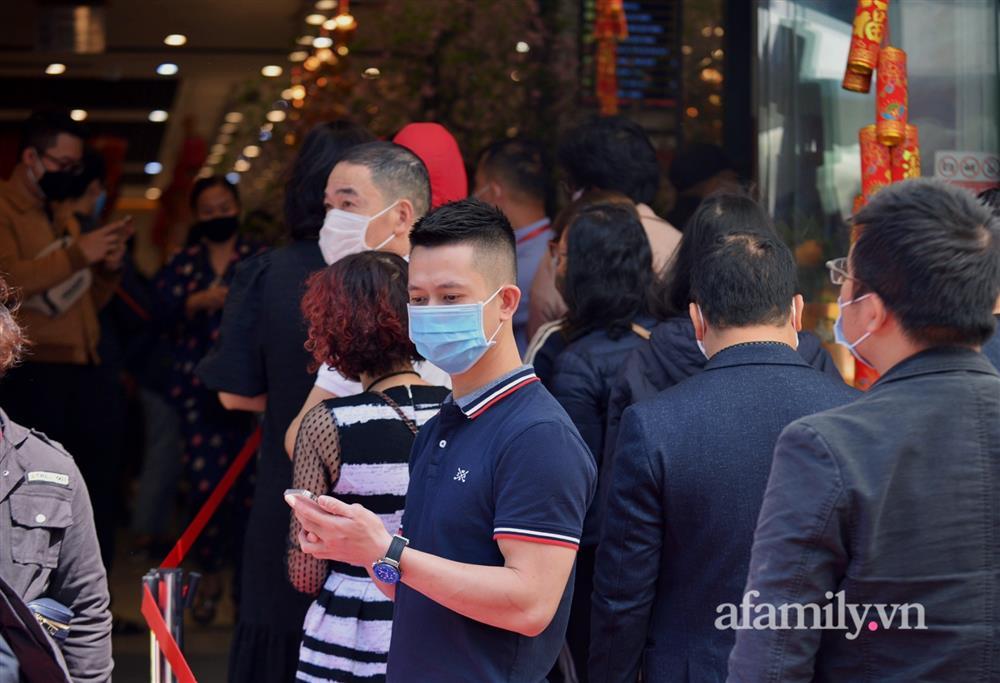 Ảnh: Bất chấp rủi ro dịch bệnh, người dân Hà Nội chen chúc nhau đi mua vàng Thần Tài đông kinh hoàng đến tắc cả đường-8
