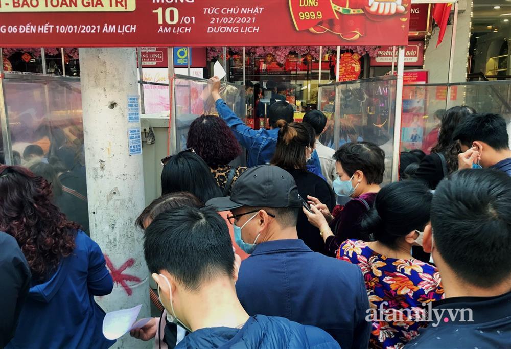 Ảnh: Bất chấp rủi ro dịch bệnh, người dân Hà Nội chen chúc nhau đi mua vàng Thần Tài đông kinh hoàng đến tắc cả đường-9