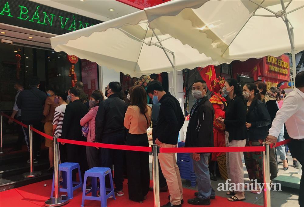 Ảnh: Bất chấp rủi ro dịch bệnh, người dân Hà Nội chen chúc nhau đi mua vàng Thần Tài đông kinh hoàng đến tắc cả đường-10
