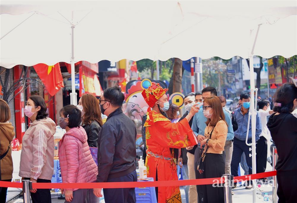 Ảnh: Bất chấp rủi ro dịch bệnh, người dân Hà Nội chen chúc nhau đi mua vàng Thần Tài đông kinh hoàng đến tắc cả đường-11