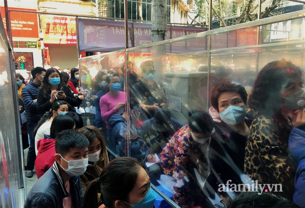 Ảnh: Bất chấp rủi ro dịch bệnh, người dân Hà Nội chen chúc nhau đi mua vàng Thần Tài đông kinh hoàng đến tắc cả đường-12