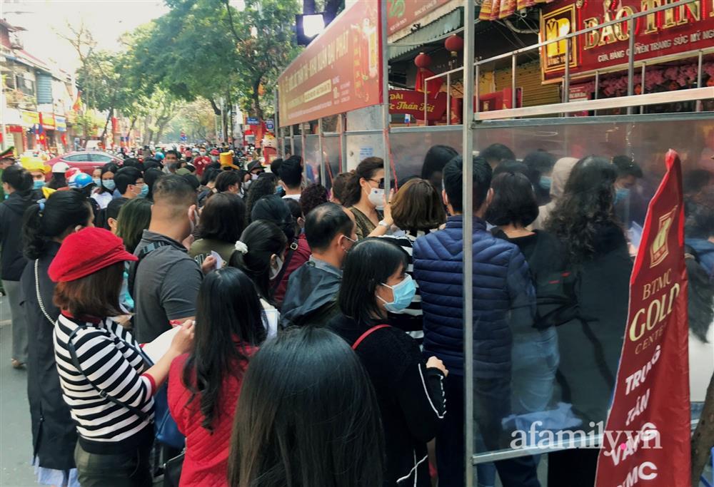 Ảnh: Bất chấp rủi ro dịch bệnh, người dân Hà Nội chen chúc nhau đi mua vàng Thần Tài đông kinh hoàng đến tắc cả đường-13