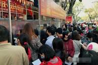 Ảnh: Bất chấp rủi ro dịch bệnh, người dân Hà Nội chen chúc nhau đi mua vàng Thần Tài đông kinh hoàng đến tắc cả đường