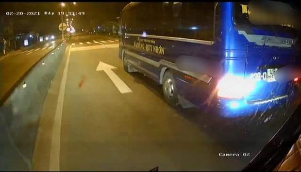 Clip: Khiếp đảm cảnh nhóm người cầm hung khí lên ô tô đánh đập tài xế và phụ xe, nghi do mâu thuẫn tranh giành khách-2