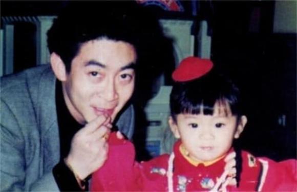 Con gái Lục Tiểu Linh Đồng gần 30 tuổi vẫn chưa lập gia đình, hình ảnh lộ ra mới thấy ai mà có gan dám cưới đây-9