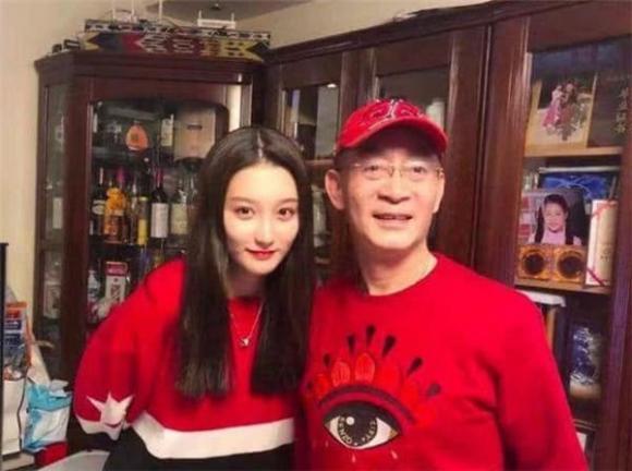Con gái Lục Tiểu Linh Đồng gần 30 tuổi vẫn chưa lập gia đình, hình ảnh lộ ra mới thấy ai mà có gan dám cưới đây-10