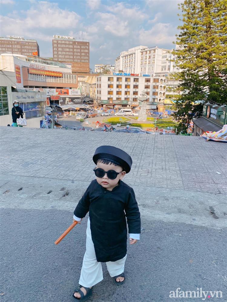 Diện áo dài đỏ quen quá rồi, bé trai chơi lớn mặc nguyên bộ đồ thầy bói đi dạo phố coi quẻ đầu năm khiến dân mạng mê tít-7