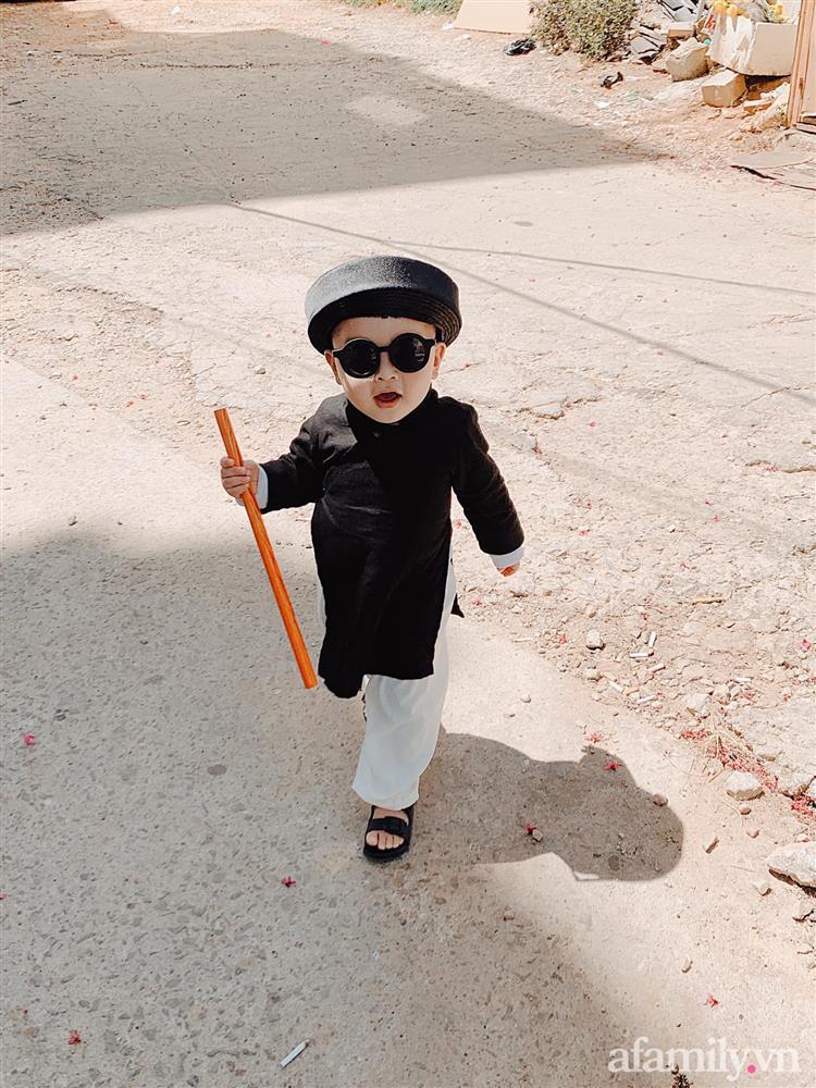 Diện áo dài đỏ quen quá rồi, bé trai chơi lớn mặc nguyên bộ đồ thầy bói đi dạo phố coi quẻ đầu năm khiến dân mạng mê tít-8