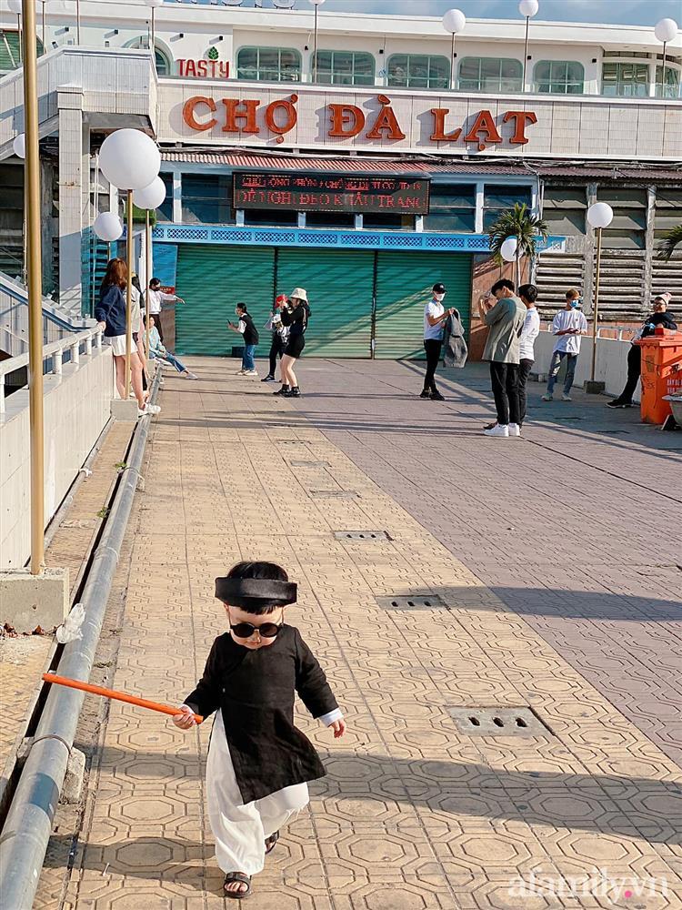 Diện áo dài đỏ quen quá rồi, bé trai chơi lớn mặc nguyên bộ đồ thầy bói đi dạo phố coi quẻ đầu năm khiến dân mạng mê tít-9