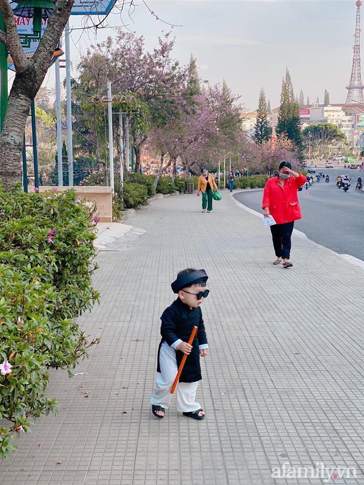 Diện áo dài đỏ quen quá rồi, bé trai chơi lớn mặc nguyên bộ đồ thầy bói đi dạo phố coi quẻ đầu năm khiến dân mạng mê tít-11