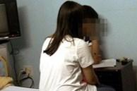 Nữ giáo viên bị tố xâm hại nam sinh 15 tuổi trong tủ quần áo ở lớp học khiến phụ huynh khóc ngất, đáng chú ý là thái độ của người chồng