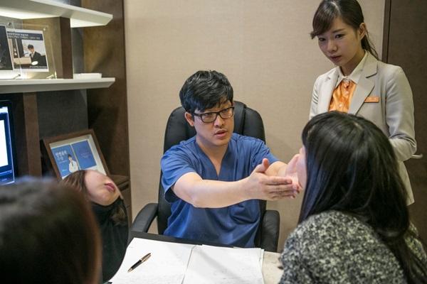 Con cái Hàn dẫn cha mẹ đi phẫu thuật thẩm mỹ để báo hiếu-1