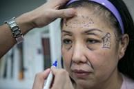 Con cái Hàn dẫn cha mẹ đi phẫu thuật thẩm mỹ để báo hiếu