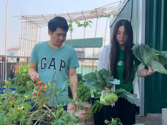 Ca sĩ Trọng Tấn và con gái thu hoạch rau trồng trên tầng thượng-3
