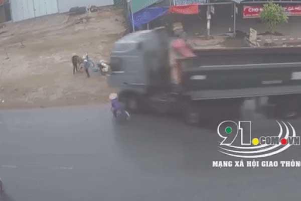 Clip: Phanh gấp, đánh lái cực gắt để tránh người phụ nữ đi xe đạp sang đường, xe ben suýt gây ra tai nạn kép kinh hoàng-1