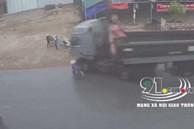 Clip: Phanh gấp, đánh lái cực 'gắt' để tránh người phụ nữ đi xe đạp sang đường, xe ben suýt gây ra tai nạn kép kinh hoàng
