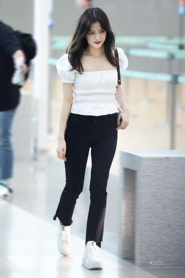Học 12 cách diện đồ đen - trắng của sao Hàn để ngay cả lúc lười nhất, chị em vẫn mặc đẹp và sang hết cỡ-1