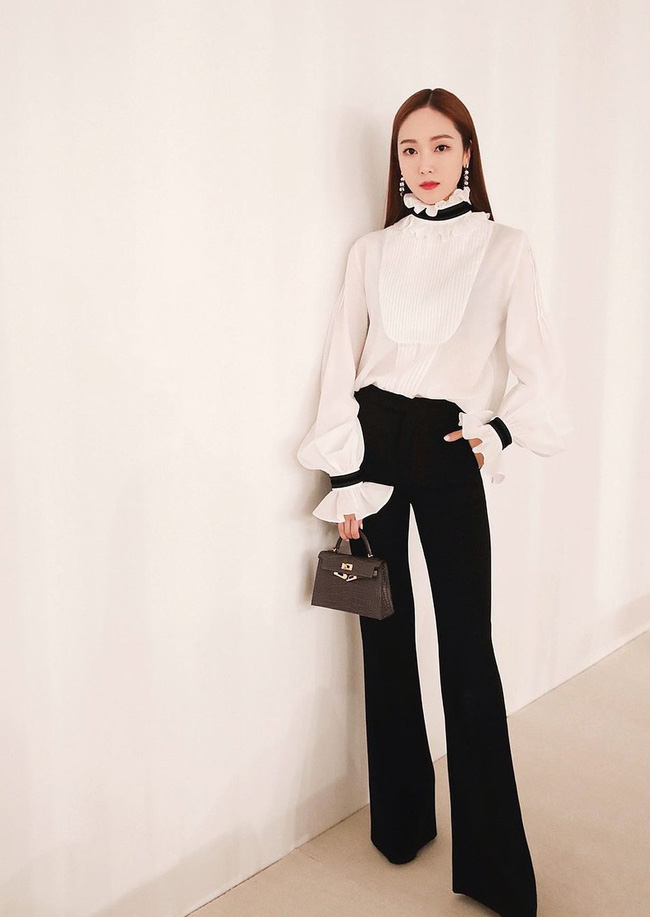 Học 12 cách diện đồ đen - trắng của sao Hàn để ngay cả lúc lười nhất, chị em vẫn mặc đẹp và sang hết cỡ-9