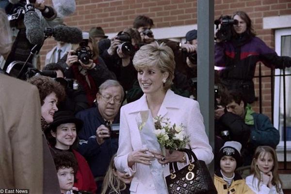 15 bức ảnh không thể quên của Công nương Diana suốt 15 năm chôn chân trong hôn nhân bi kịch: Hạnh phúc chẳng mấy mà sao khổ đau chất đầy?-14