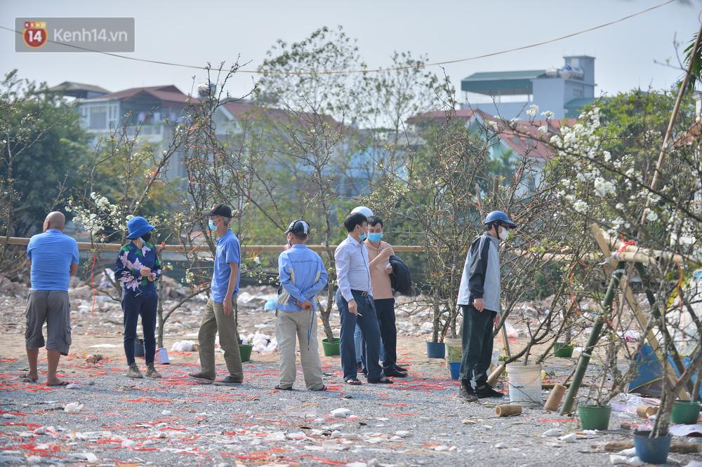 Ảnh: Hàng trăm người dân Hà Nội đổ xô đi mua hoa lê về chơi Rằm tháng Giêng-7