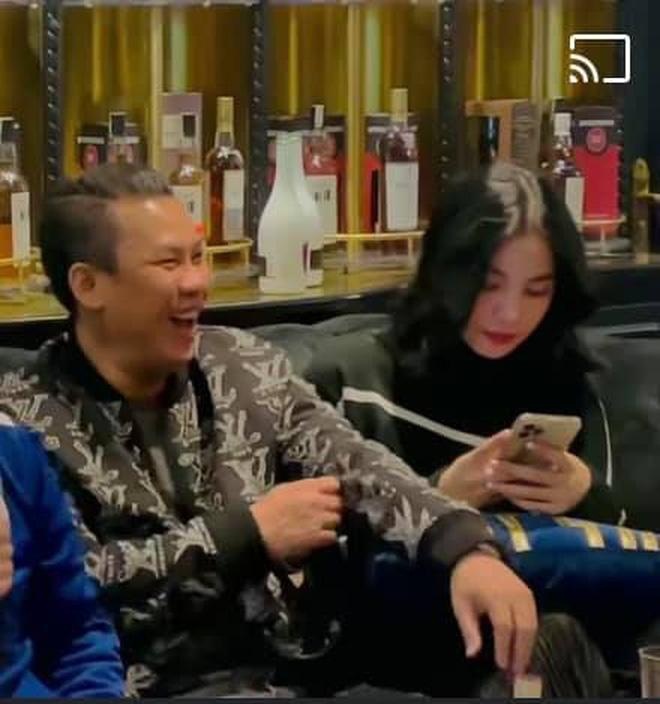 Lộ clip gái xinh An Giang 2k2 ngồi với chồng cũ Lệ Quyên, bàn tay của đại gia tiết lộ mối quan hệ đặc biệt trên tình bạn-2