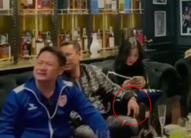 Lộ clip gái xinh An Giang 2k2 ngồi với chồng cũ Lệ Quyên, bàn tay của đại gia tiết lộ mối quan hệ đặc biệt trên tình bạn-4