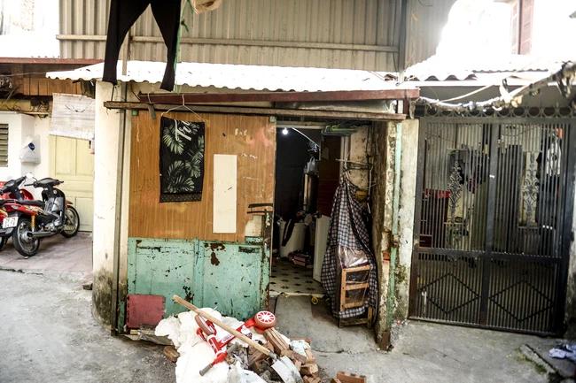 Người mẹ bạo hành con gái 12 tuổi ở Hà Nội qua lời kể hàng xóm: Thường xuyên đánh đập, dán băng dính vào miệng con, nhà là nơi tụ tập nhiều thành phần bất hảo-1
