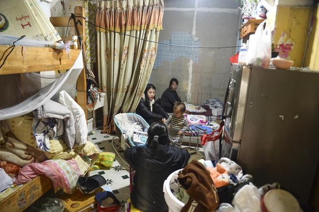 Người mẹ bạo hành con gái 12 tuổi ở Hà Nội qua lời kể hàng xóm: Thường xuyên đánh đập, dán băng dính vào miệng con, nhà là nơi tụ tập nhiều thành phần bất hảo-3