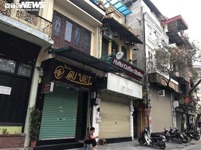 Hàng quán phố cổ Hà Nội nghỉ Tết kéo dài, khách sạn rao bán la liệt bằng tờ rơi-3