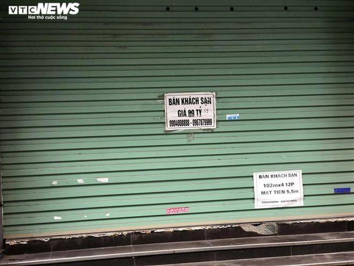 Hàng quán phố cổ Hà Nội nghỉ Tết kéo dài, khách sạn rao bán la liệt bằng tờ rơi-6