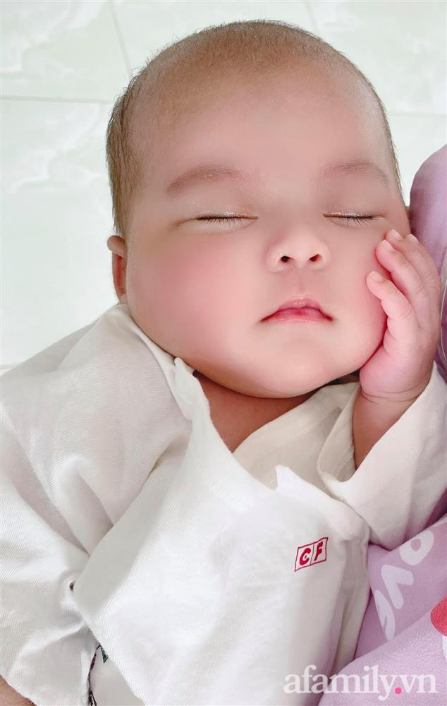 Bé gái Kiên Giang sinh non gầy guộc, da đen nhẻm, nhăn nheo như chú khỉ con, nhưng chỉ hơn 2 tháng sau nhìn bé ai cũng ngỡ ngàng-9
