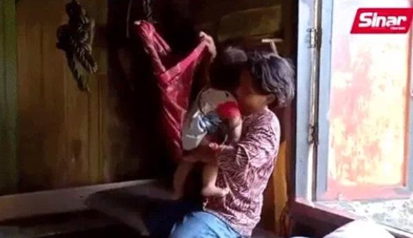 Bé gái 11 tuổi buộc phải sắm vai bà mẹ nhí của những đứa trẻ nheo nhóc khiến ai nhìn cũng xót xa, sự thật phía sau gây xúc động không kém-2