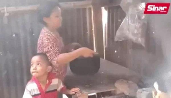 Bé gái 11 tuổi buộc phải sắm vai bà mẹ nhí của những đứa trẻ nheo nhóc khiến ai nhìn cũng xót xa, sự thật phía sau gây xúc động không kém-3