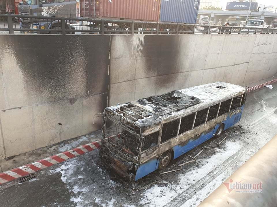 Xe buýt cháy dữ dội trong hầm chui ở Sài Gòn-5