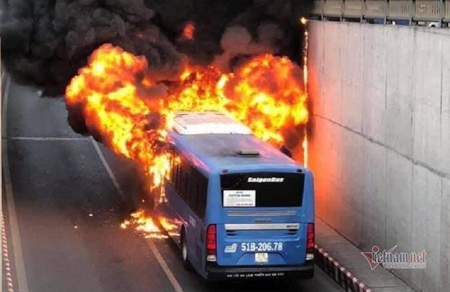Xe buýt cháy dữ dội trong hầm chui ở Sài Gòn-1