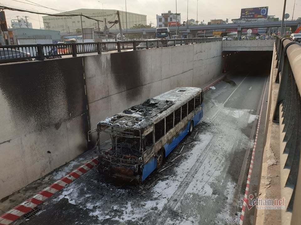 Xe buýt cháy dữ dội trong hầm chui ở Sài Gòn-3