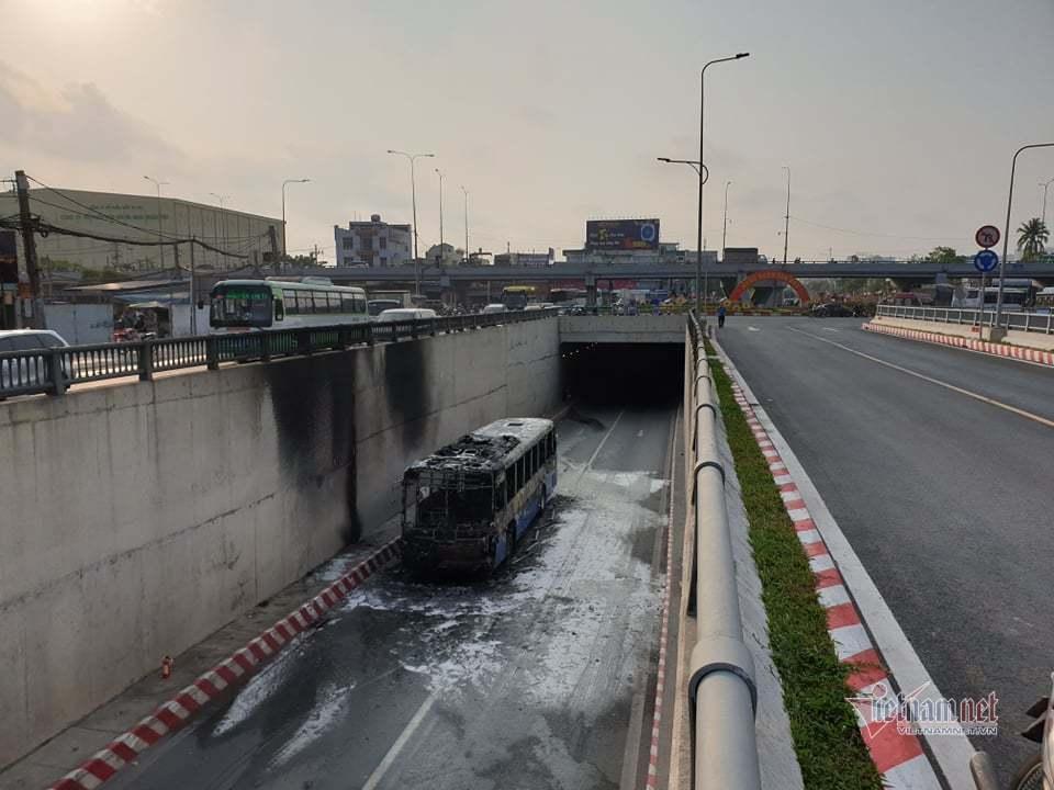 Xe buýt cháy dữ dội trong hầm chui ở Sài Gòn-6