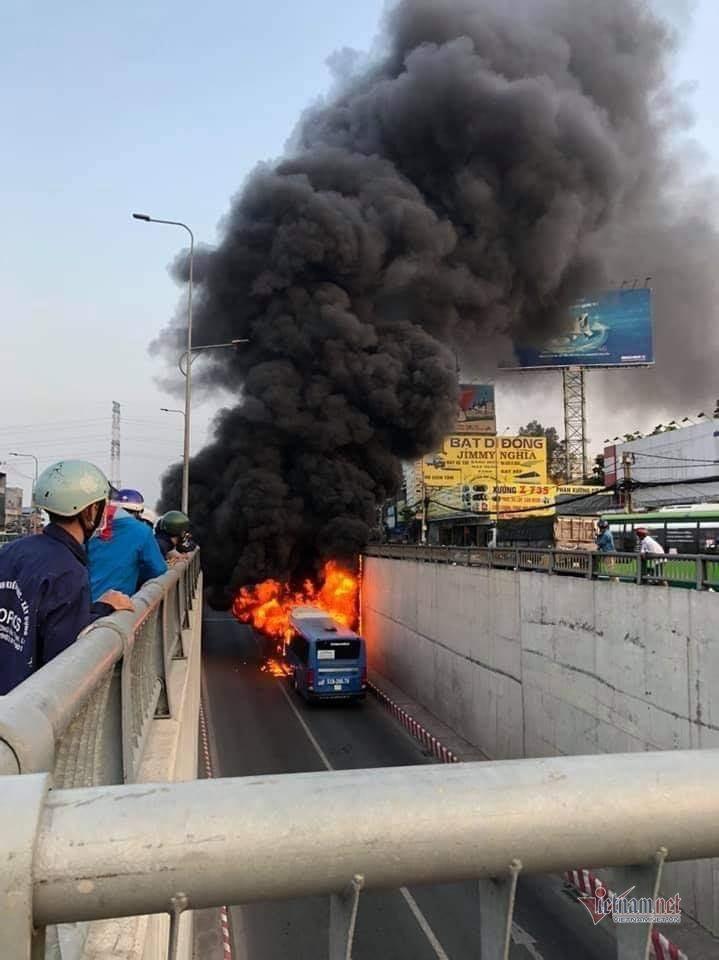 Xe buýt cháy dữ dội trong hầm chui ở Sài Gòn-2
