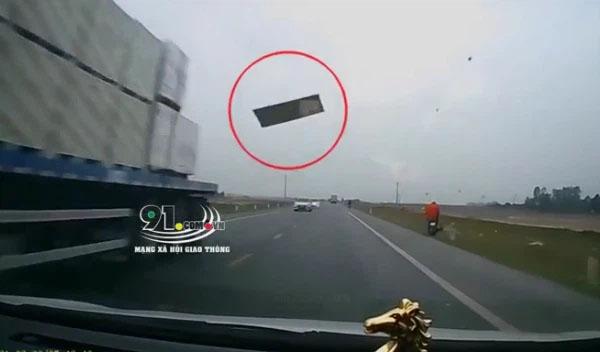 Tấm thạch cao từ đâu bay đập thẳng vào kính ô tô, tài xế hoảng hốt: Ôi trời ơi, chết rồi!-1
