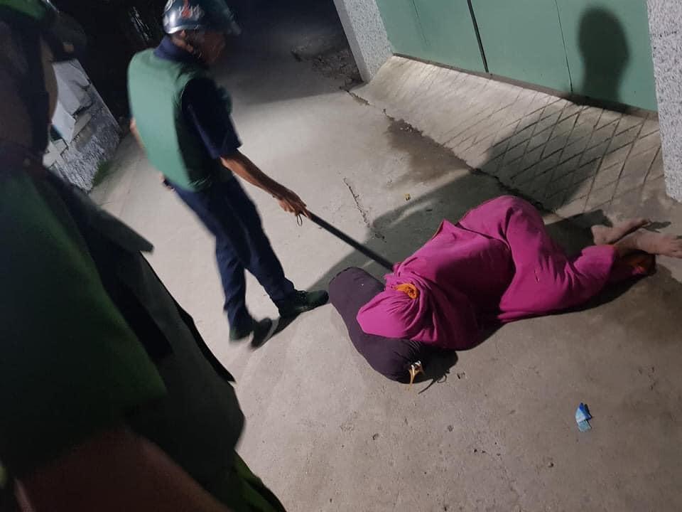 Nhậu nhẹt nên bị vợ đuổi ra ngoài, người đàn ông quấn chăn nằm bất động trên đường khiến công an cũng tá hỏa-1