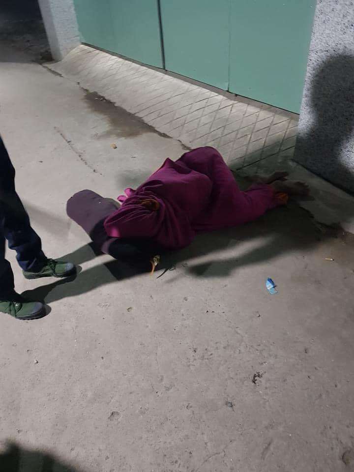 Nhậu nhẹt nên bị vợ đuổi ra ngoài, người đàn ông quấn chăn nằm bất động trên đường khiến công an cũng tá hỏa-2