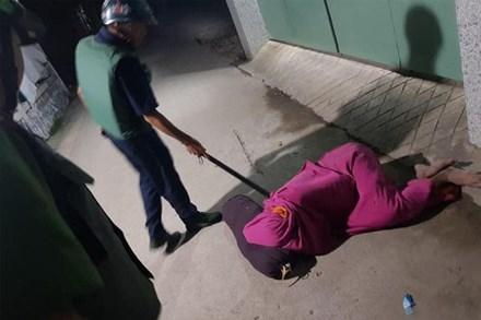 Nhậu nhẹt nên bị vợ đuổi ra ngoài, người đàn ông quấn chăn nằm bất động trên đường khiến công an cũng tá hỏa